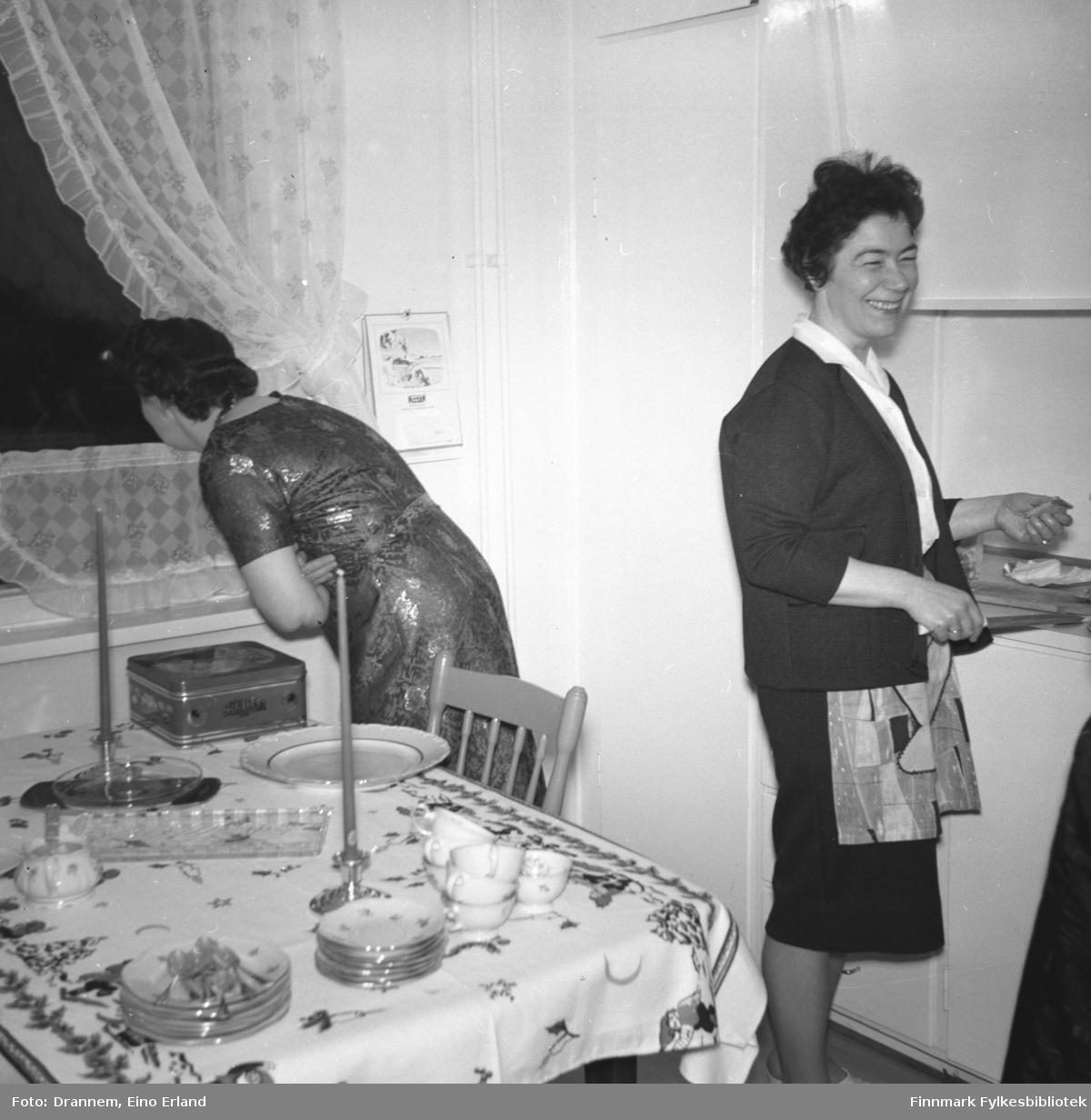 To damer på kjøkkenet til familien Drannem i Hammerfest. Hun til venstre på bildet er ukjent, til høyre står Jenny Drannem.