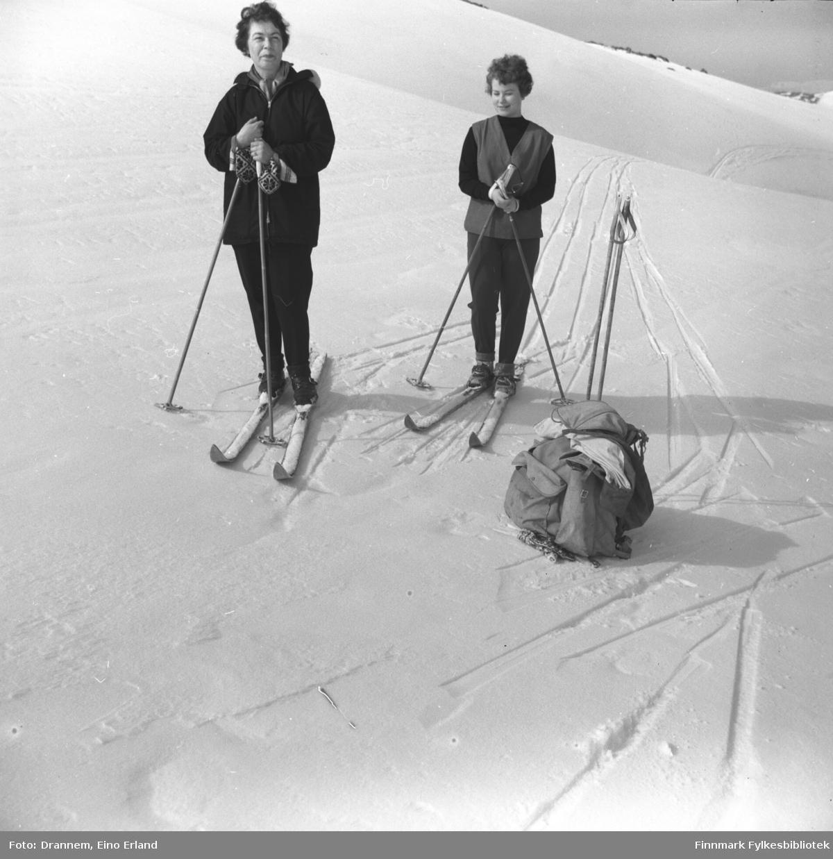 Turid Karikoski og Jenny Drannem på skitur i fjellet, sted ukjent.
