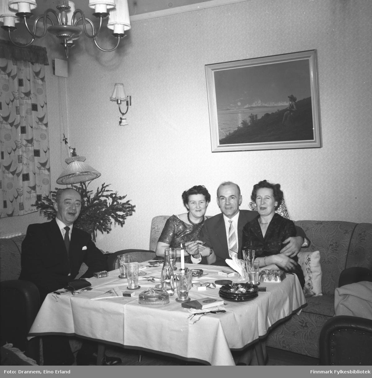 Fire ukjente personer fotografert i stua hos familien Drannem i Hammerfest.