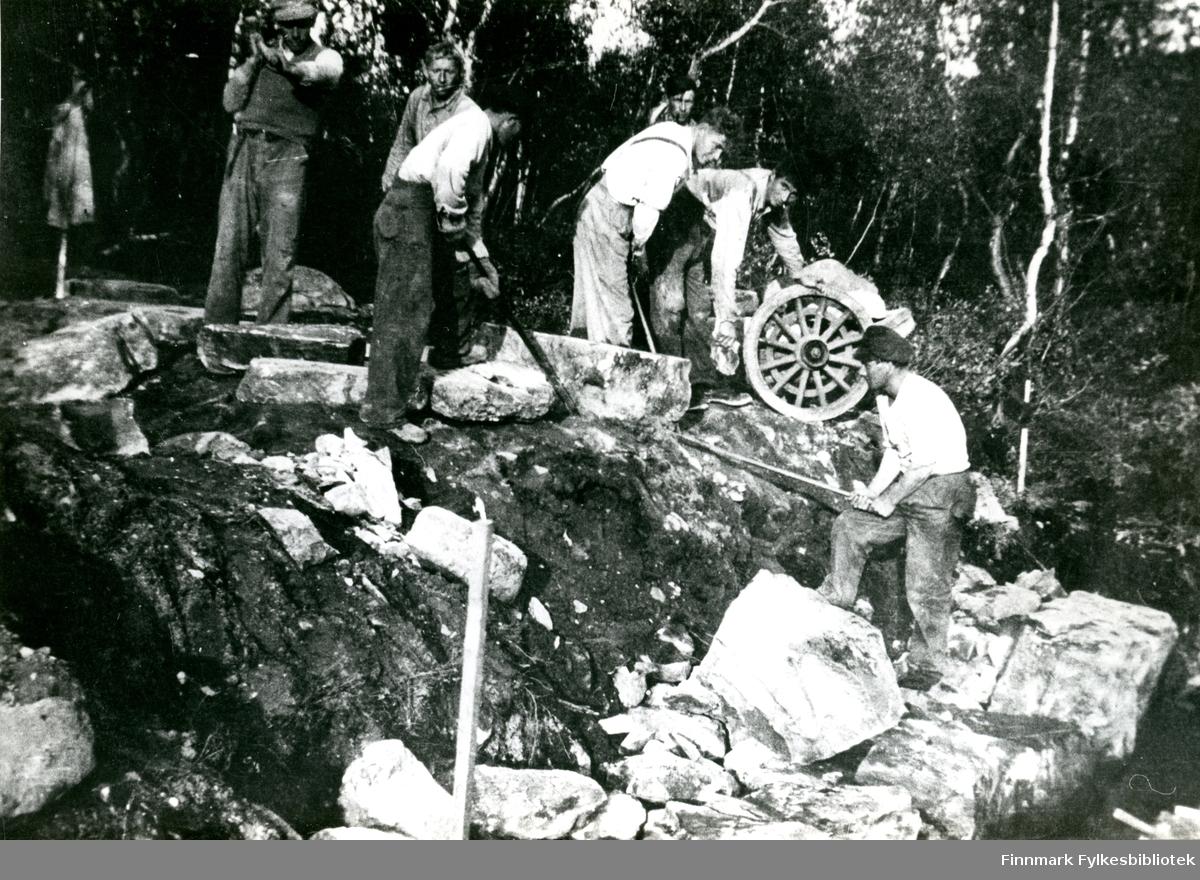 Bildet viser 7 personer i arbeid med muring av stikkrenne. Fra venstre ser vi Håkon Sivertsen, Fridtjof Amundsen, Julius Johansen, Erling Eriksen, ukjent, Agur Nesbakken og Oskar Olsen.