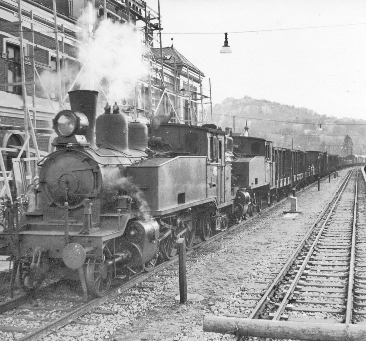 Et av de første normalsporede godstogene ankommer Kristiansand stasjon. Toget trekkes av damplokomotiv 20b 250 (nærmest) og 20b 249.