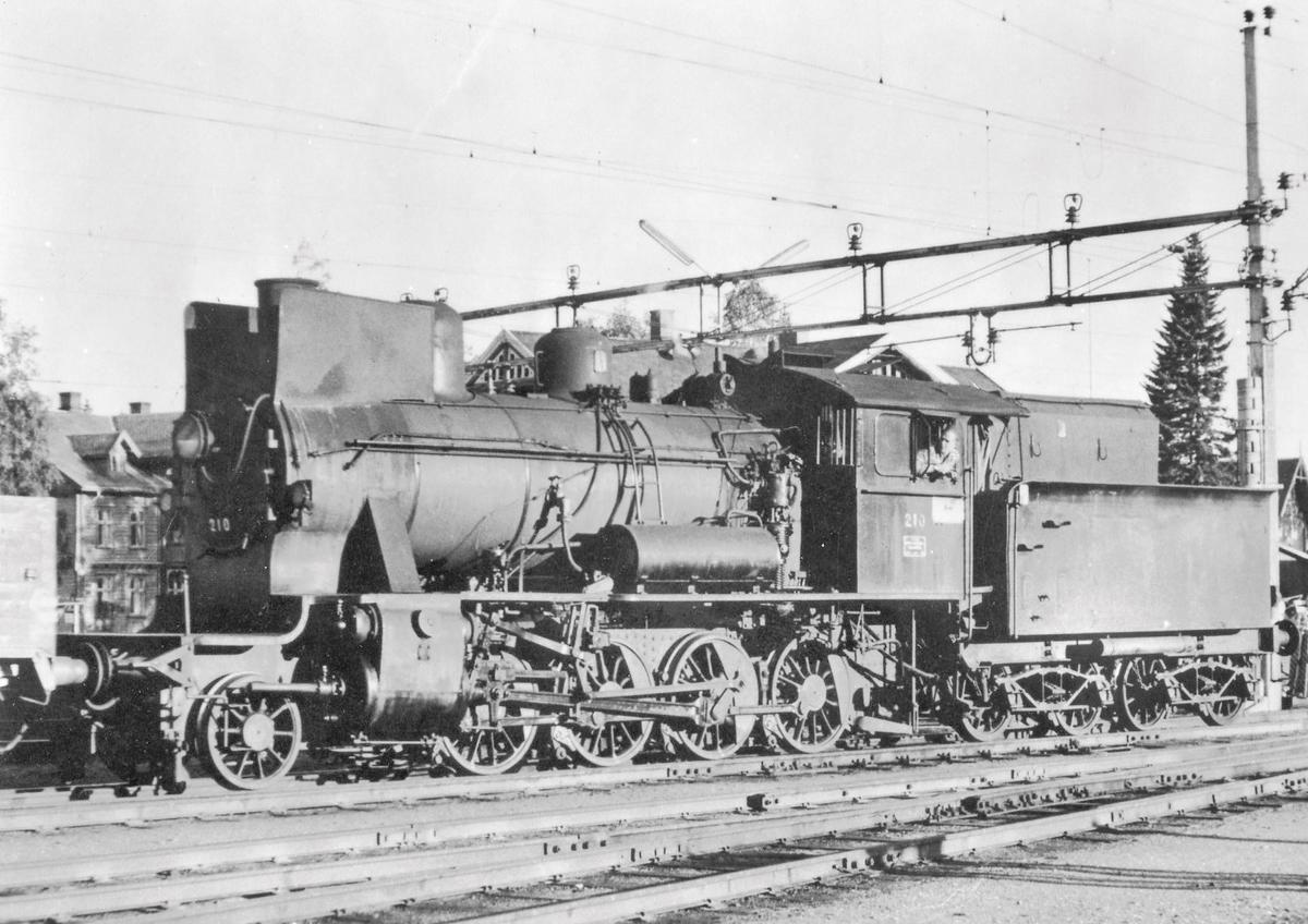 Damplokomotiv 24b 210 på Eina stasjon.