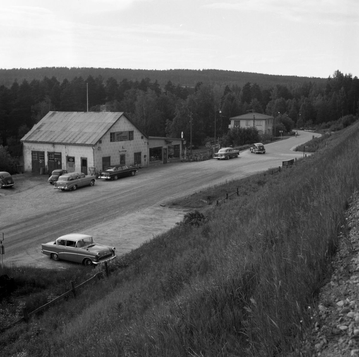 """Någonstans i Värmland - från slutet av 1950-talet. Kommentar från en användare: """"Perssons Maskin o Bil Munkfors. Borgar Lorangs Sportaffär""""."""