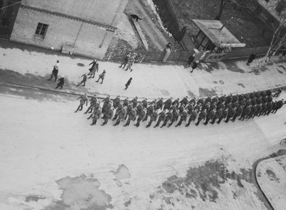 Tyske tropper marsjerer på Majorstuen.
