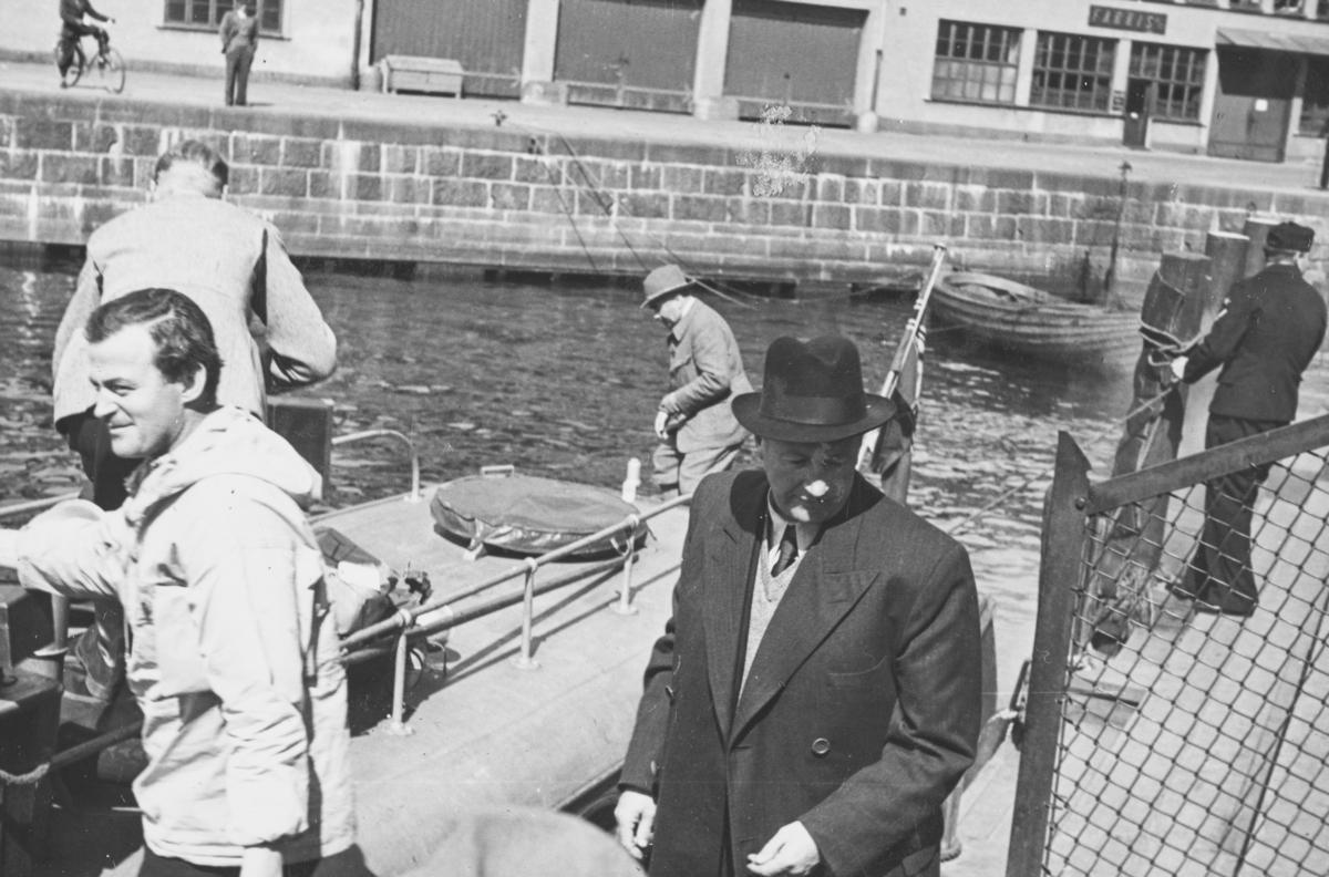 Flyveren Hans Grøn Lund t.v. og generalkonsul Ellef Ringnes på vei til å laste inn post etc. på ambulansefly til Nord-Norge.