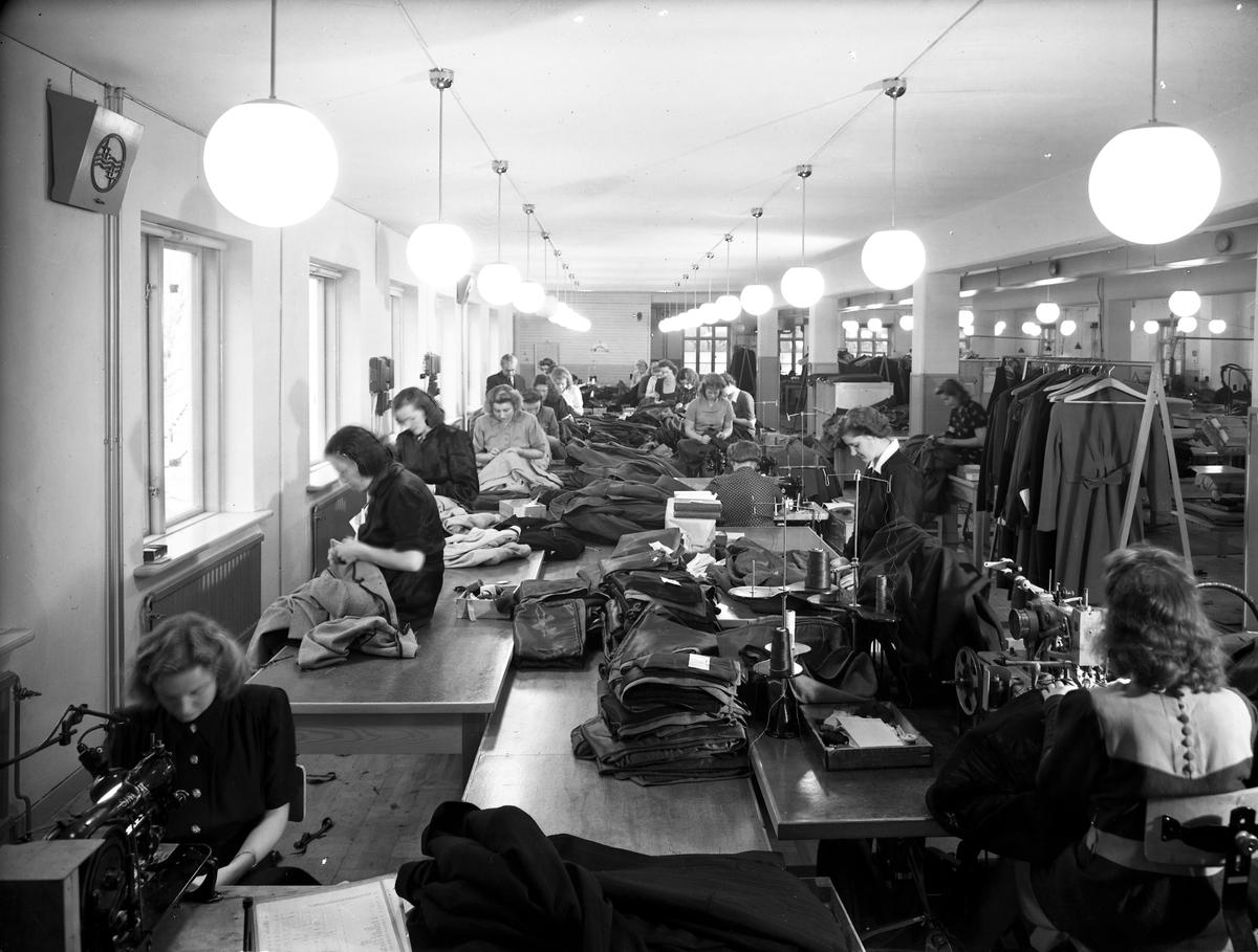 Interiör från Örbyhus syfabrik. Oktober 1944. År 1931 byggdes SABÖ  Syfabriks Aktie Bolaget Örbyhus syfabrik. Syfabriker i Örbyhus och Tierp båda i Uppsala län Tillverkar herr-och gosskläder, damkappor och dräkter samt skiddräkter. Varumärken: SABÖ och ÖRSY.