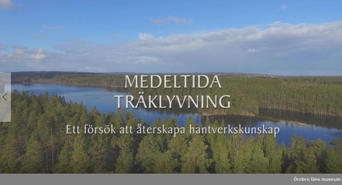 """""""filmen Medeltida träklyvning skildrar ett experiment som fötts ur projekt Medeltida taklag som finansieras av Svenska Kyrkan – Strängnäs stift."""" Filmen finns med Engelsk text.  Inspelningen gjordes mellan den 29 mars-1 april 2016 i Ryfors, Mullsjö"""