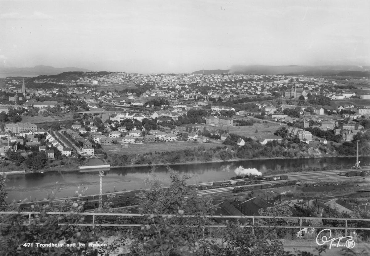 Utsikt over Trondheim og NSBs driftsbanegård og verksted Marienborg sett fra Byåsen