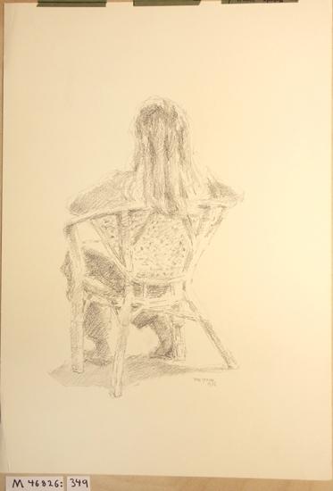 Blyerts/kolteckning. Porträtt föreställande flicka sittande i korgstol, sedd bakifrån.