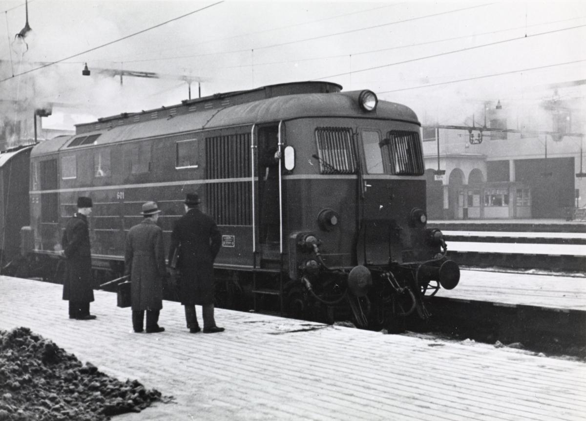 NSBs diesellokomotiv Di 1 nr. 601 med tog på Oslo Østbanestasjon.