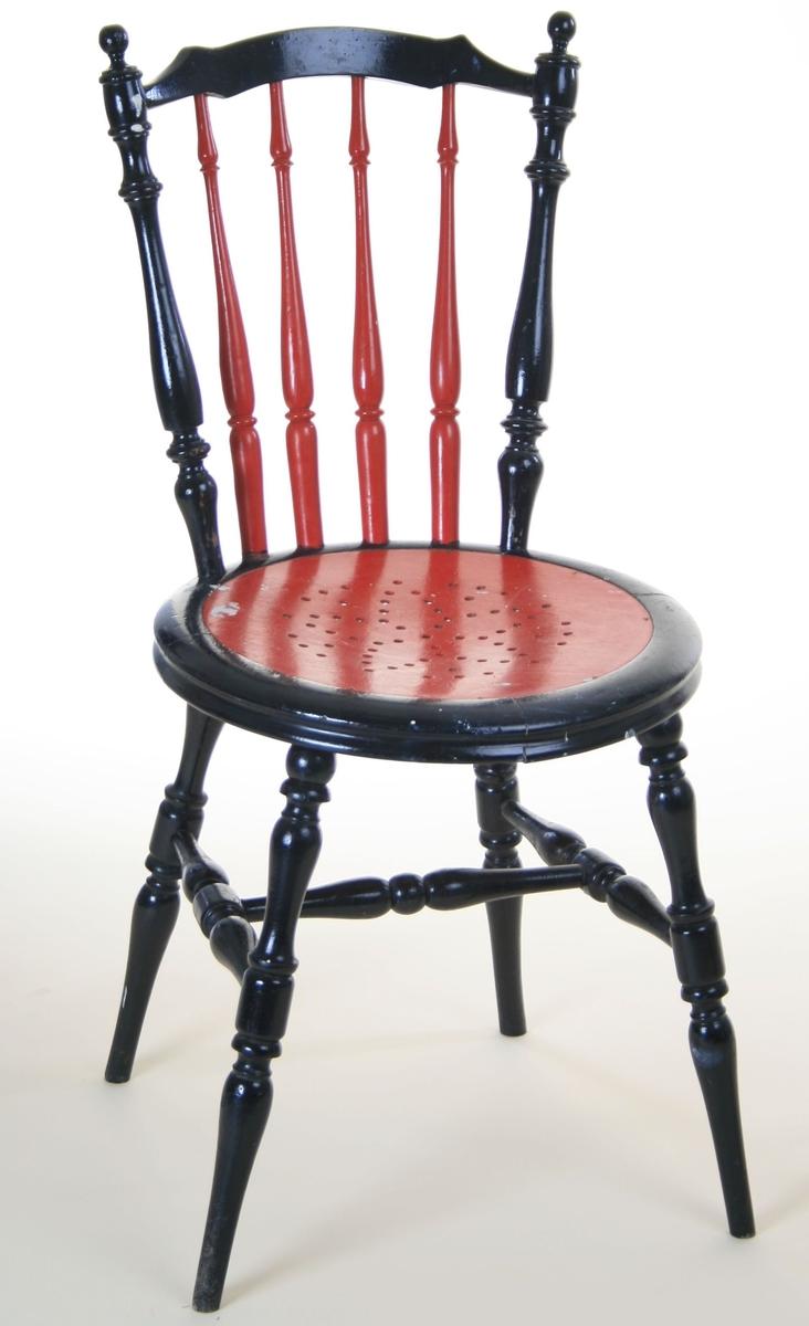 Pinnestol. Staver i rygg og bein dreid. Deler til sarg skåret m. båndsag, sammenføyd m. lim, deretter dreid.  Malt.