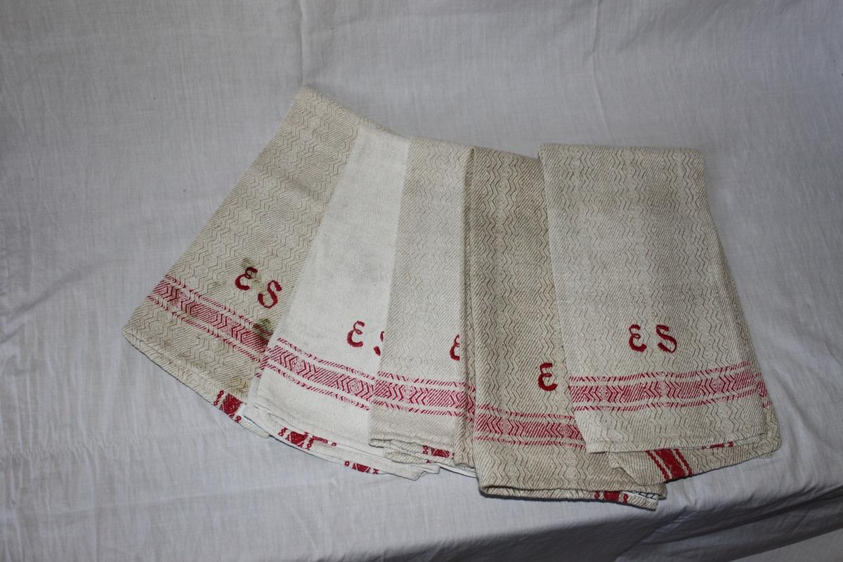 Märkt med ett monogram, ES, i rött bomullsgarn.