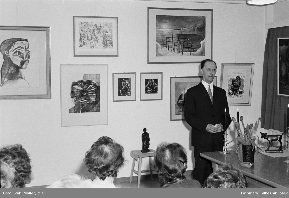 Vadsø 1967, Vadsø Kunstutstilling. Publikum på utstilling.