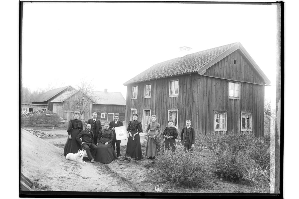 Tvåvånings bostadshus, ekonomibyggnader.9 personer och en hund.Gustaf Andersson