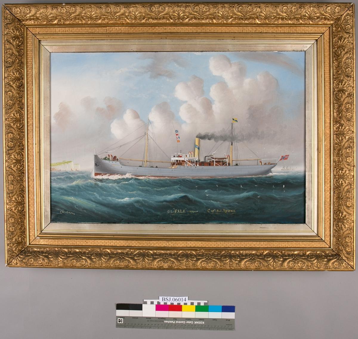 Skipsportrett av dampskipet FALK under fart i åpen sjø. Skorsteinsmerket til rederiet til P. Hamre, Bergen. Norsk flagg akter.