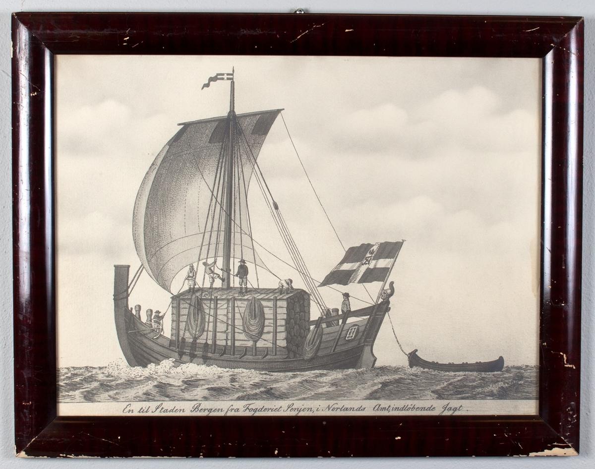Jekt i Nordlandsfart med dekkskahytt og seil. Dansk flagg med monogram i akter. Seks mann i arbeid på båten. Rorhode i akter.