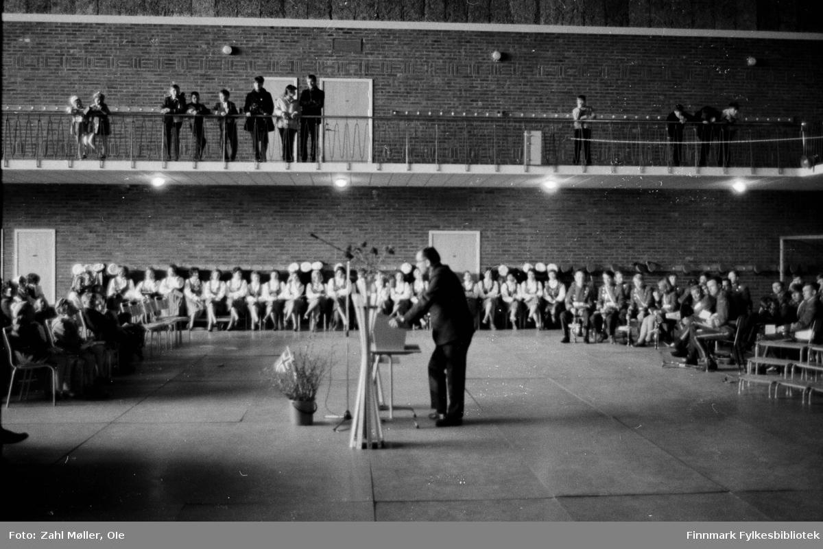 17.mai i Vadsø 1979. Fotografert av Ole Zahl Mölö. Damekoret underholder i festsalen.