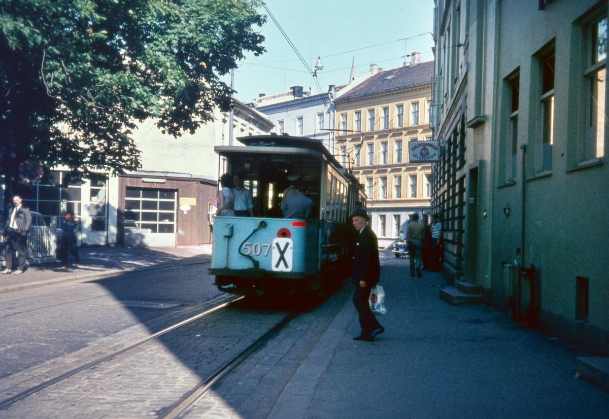 Sporvogn med tilhenger 507 som innsatssett på rute 6 på Vålerenga. Dette var siste dag de klassiske toakslede Kristiania-trikkene gikk i ordinær rutetrafikk i Oslo.