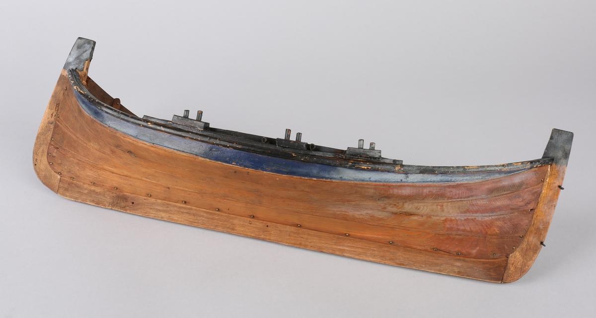 Helmodell av nordlandsbåt, seksring/seksæring for 3 årepar. Uten årer.
