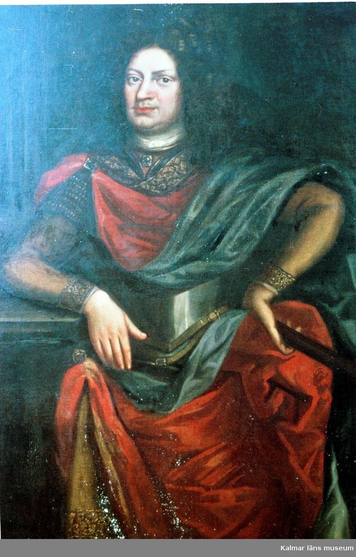 Målning föreställande Lorentz Creutz, född 1615 i Dorpat, död 1 juni 1676, friherre, ämbetsman; landshövding i Åbo och Björneborgs län 1649, landshövding i Kopparbergs län 1655-1662, riksråd 1660, t f riksamirall 1675. Son till Ernst Creutz.  Lorentz Creutz var i sin ungdom anställd vid bergskollegium. Förutom landshövingsposterna hade han ett flertal civila befattningar och var en kompetent administratör, 1673 blev han rikskammarråd.  Creutz var ordförande i trolldomskommissionen som i augusti 1669 i Mora dömde 15 kvinnor till döden för trolldom.  Trots att han inte hade erfarenhet av sjömilitära frågor utnämndes han efter utbrottet av skånska kriget till amiralgeneral 1675, och förde befälet över den svenska flottan i början av 1676. Hans amiralsskepp Kronan, svenska flottans största skepp vid den tiden, kantrade och exploderade redan i inledningsskedet av slaget vid Ölands södra udde den 1 juni 1676. Närmare 850 man dog i explosionen och endast 40 överlevde. Efter slaget hittades Lorenz Creutz kropp flytandes i vattnet illa sargad. Tack vare hans stämpel som hittades i hans ficka kunde man identifiera hans kropp. Han begravdes i familjegraven i Sarvlaks i Finland.  Creutz var från 1639 gift med friherrinnan Elsa Duwall (1620-1675)), dotter till generalen Jakob MacDougall, friherre Duvall och Anna von der Berge.