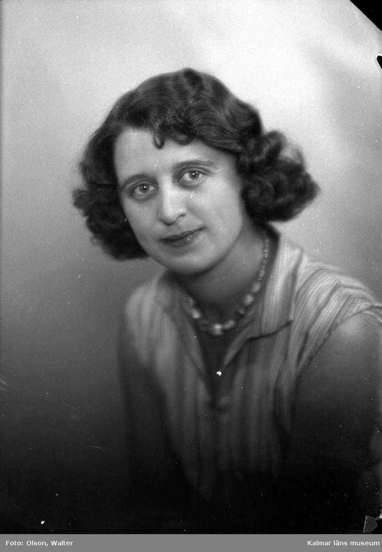 Ateljébild på en kvinna i blus och halsband. Enligt Walter Olsons journal är bilden beställd av fröken Ruth Neikter.
