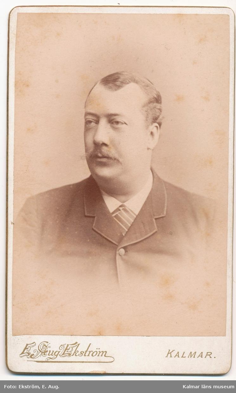 C. F. Larsson, disponent vid Kalmar Bobinfabrik. Svåger till järnhandlare Lundgren, gift med Lundgrens syster.