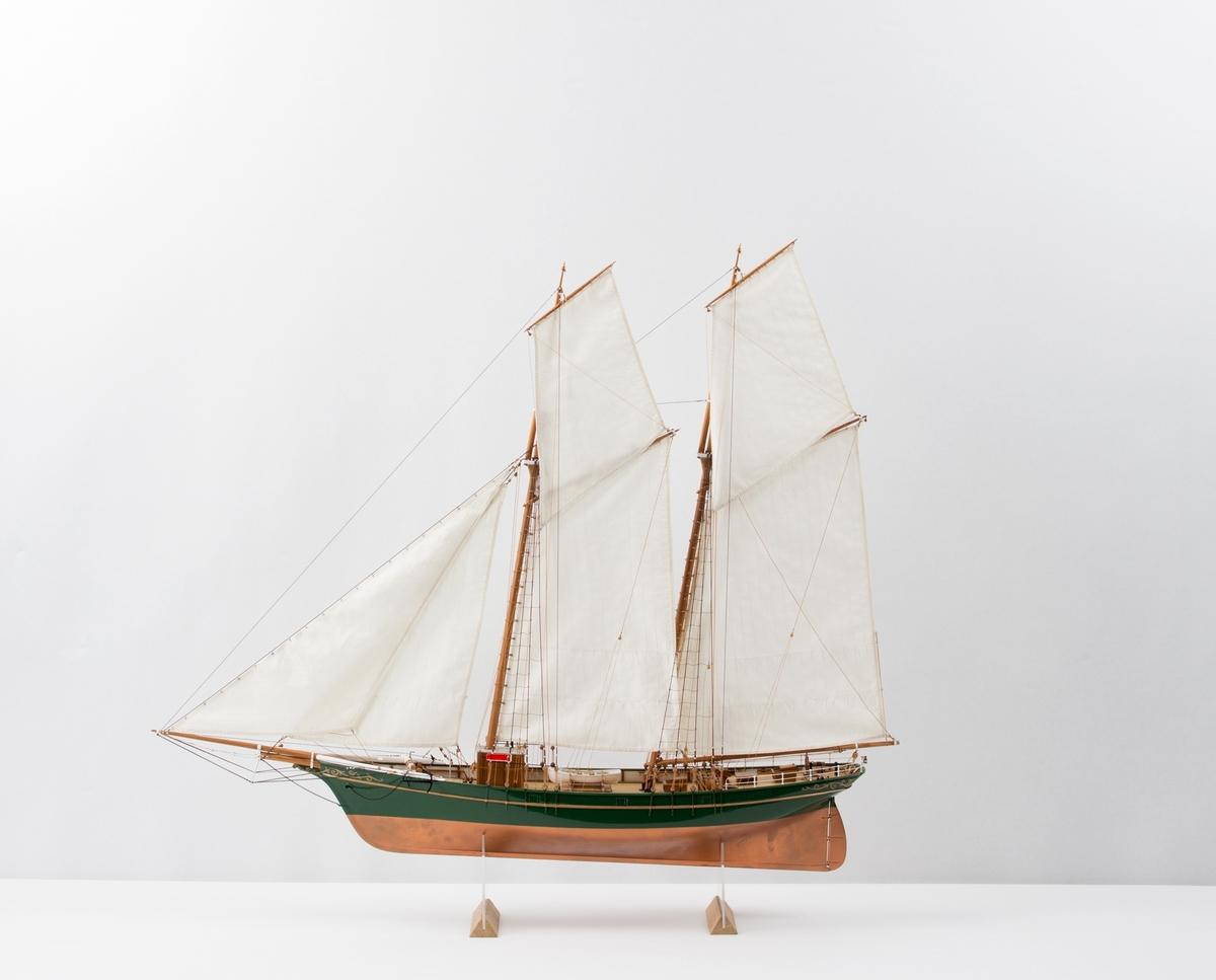 Slett-toppskonner. Helmodell rigget med seil,  målestokk 1:48.