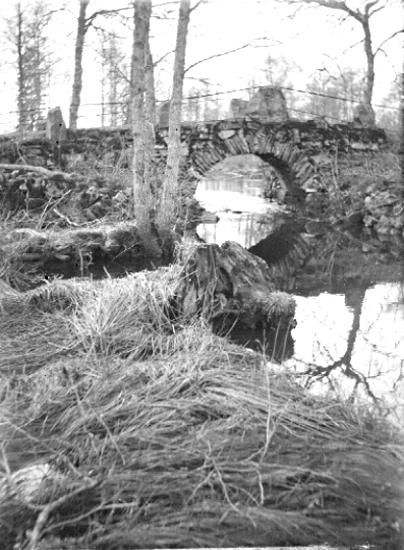 Bildtext: Trävattna socken. Vilske härad. Västergötland. Salaholm våren 1920. Bron över ån 1.