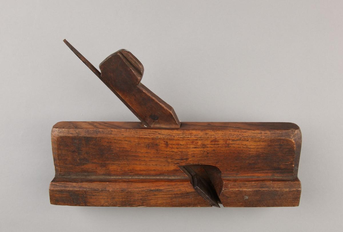 Listhøvel i tre og jern. Med knivblad og håndtak.