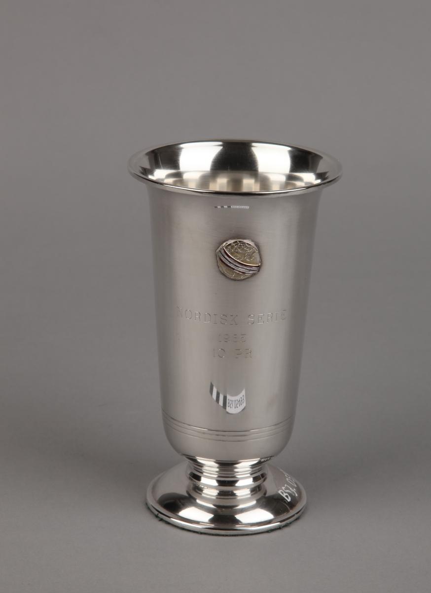 Sølvpokal fra Nordisk serie, på sokkel.