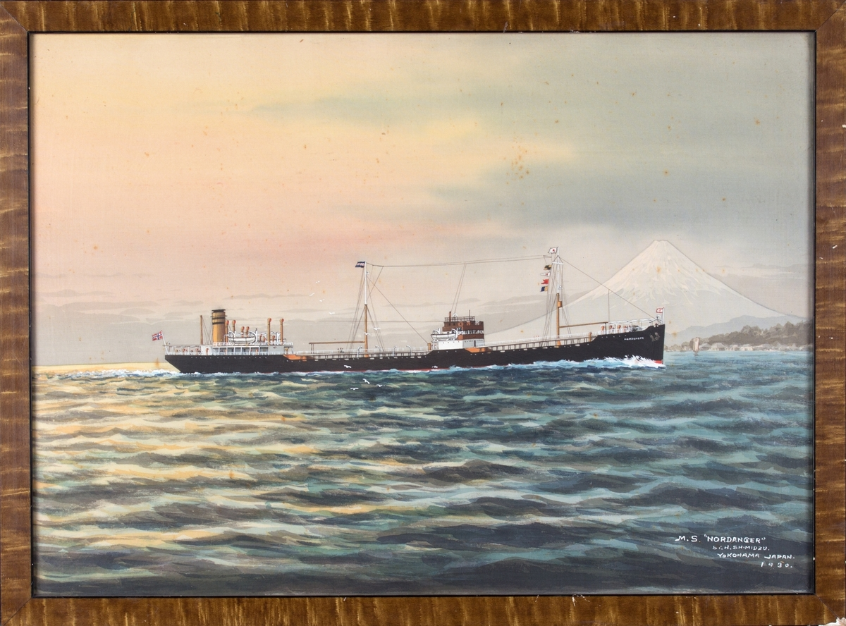 Skipsportrett av MT NORDANGER.  Japansk flagg i baug, norsk flagg i akter. Fujifjellet og Yokohama by i bakgrunn av bildet.