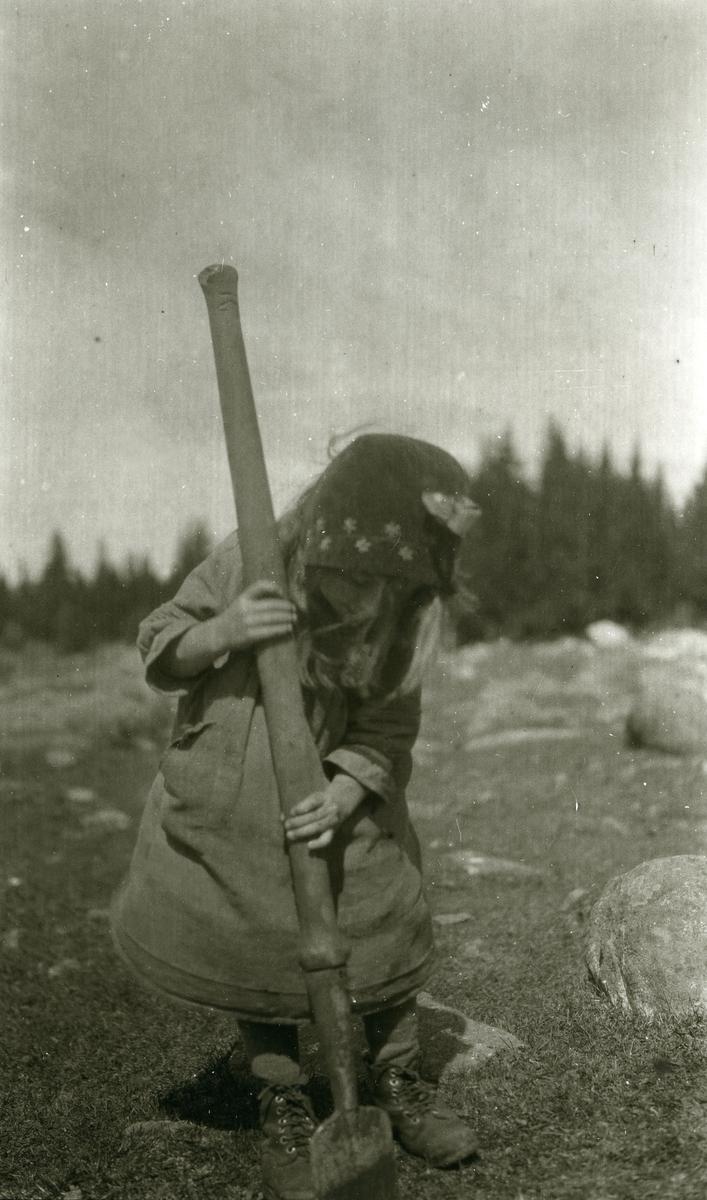 Ingebjørg Buflod f. Galaasen (19/5 1915 - 1999) i arbeid i Galåsen.