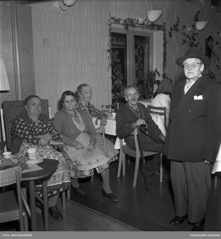 Pensionärsfest med spexande utklädda deltagare på Solhaga pensionärshem i Haga.