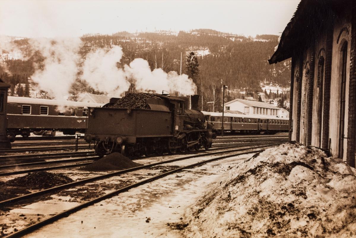 Damplok type 18c nr. 134 på Dokka stasjon. Dette var da Norges eldste damplok i drift, bygget i 1901. I bakgrunnen påsketog på Valdresbanen med dieselmotorvogner type 86.