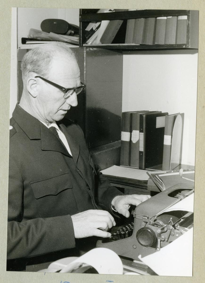 Bilden föreställer minfartyget Älvsnabbens kassör sittande vid en skrivmaskin under långresan 1966-1967.