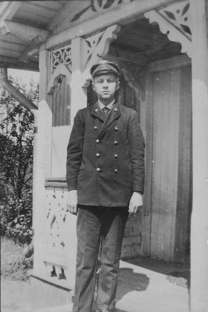 Telegrafist Henrik Arnesen mens han tjenestegjorde på Leirsund stasjon.