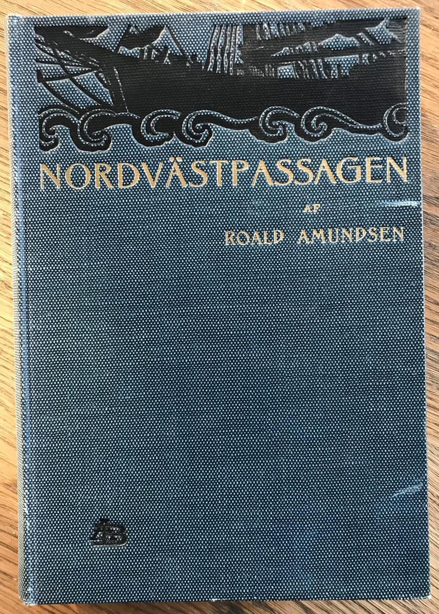 Bok. Amundsen, R: Nordvästpassagen. Stockholm 1908. Blått bind med sort dekor og gullskrift.