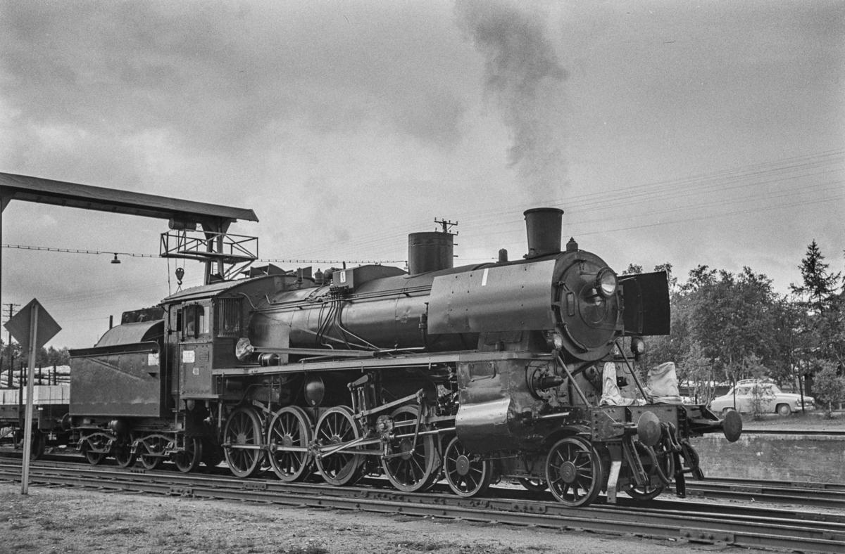 Damplokomotiv type 26c nr. 411 i sydgående godstog på Røros stasjon.