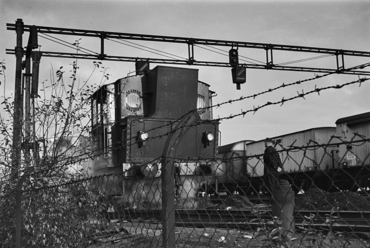 Damplokomotiv type 25c nr. 383 i skiftetjeneste på Trondheim stasjon, her med en tysk godsvogn.