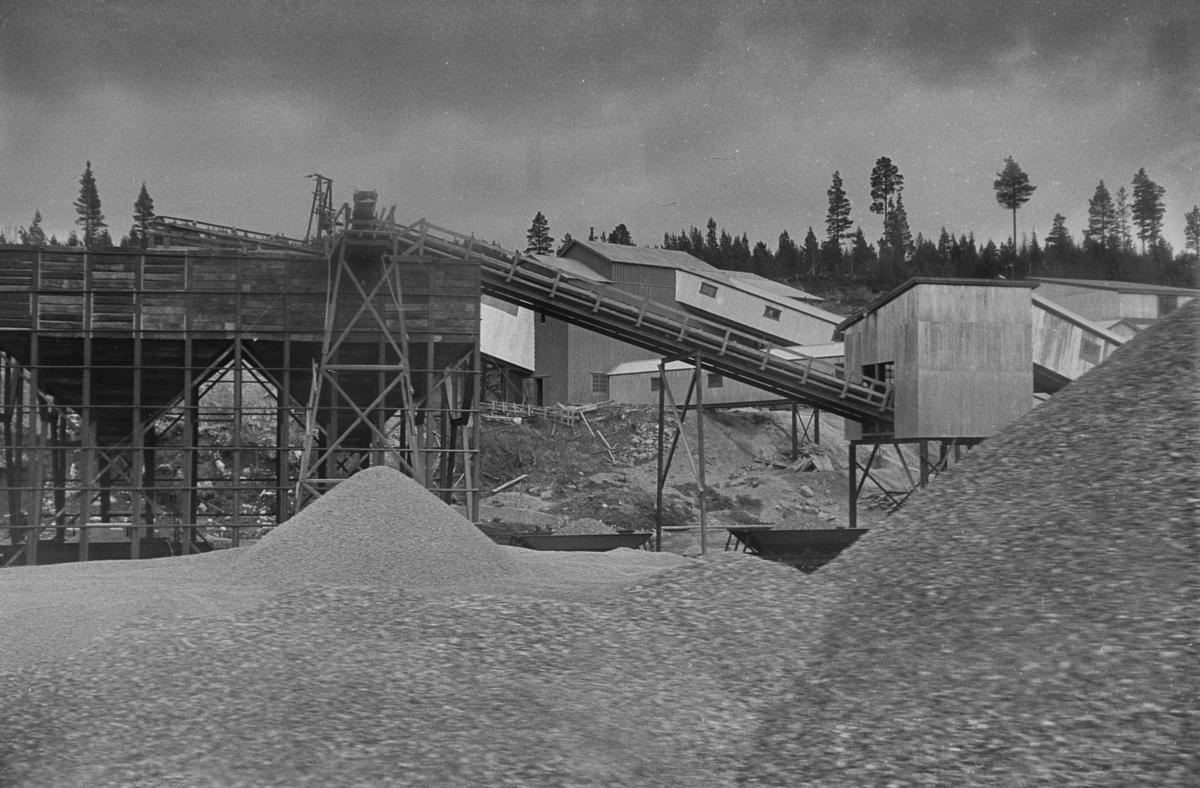Markøya pukkverk ved Ulsberg på Dovrebanen. Pukkverket hadde sidespor, og noen av NSBs pukkvogner skimtes bak haugene.