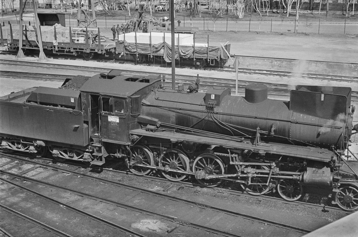 Damplokomotiv type 26a nr. 216 ved lokomotivstallen på Røros stasjon.