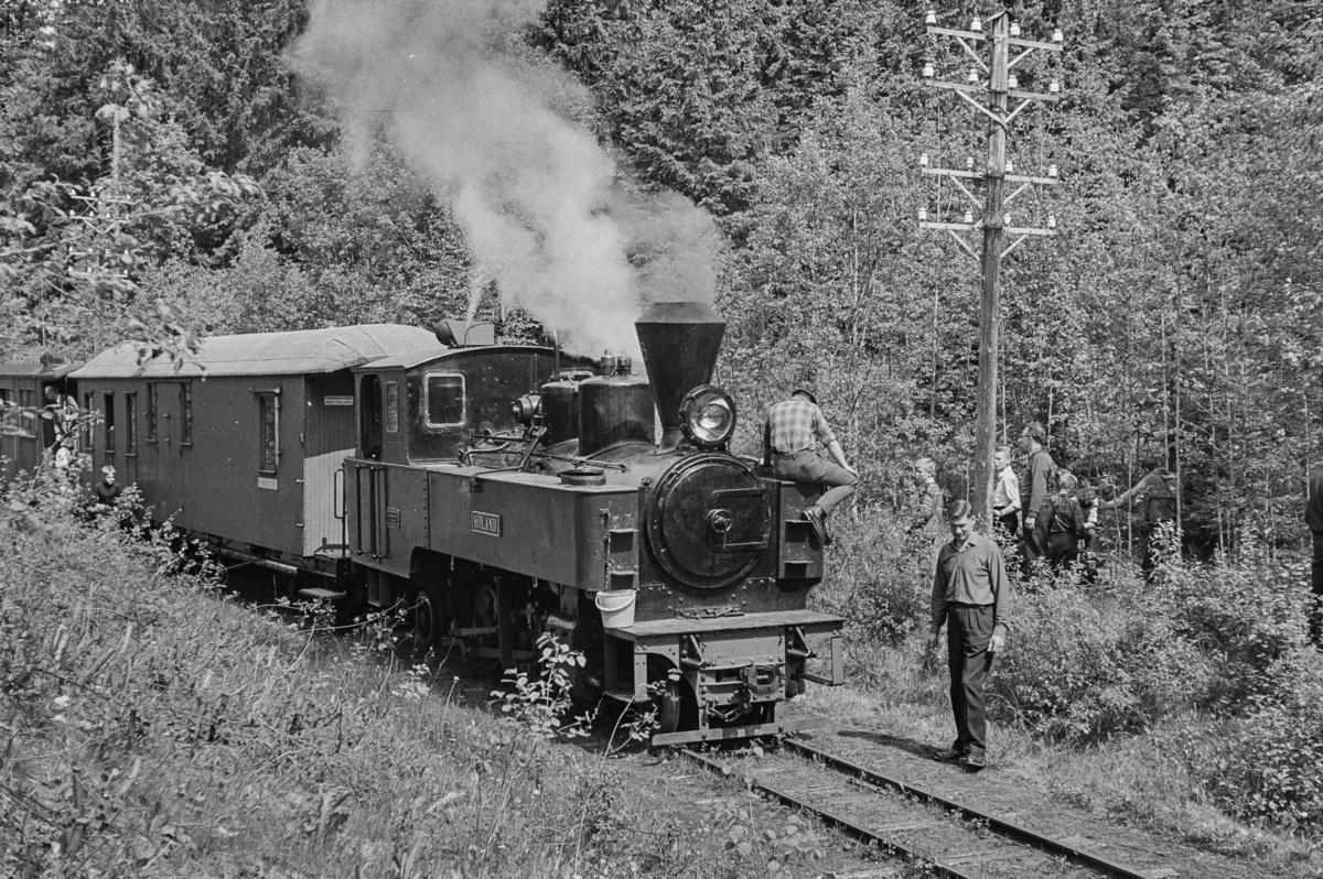 Prøvetur for medlemmer og andelshavere på museumsbanen Urskog-Hølandsbanen. Toget trekkes av damplokomotiv XXIXa nr. 6 Høland. Vannfylling fra brønn.