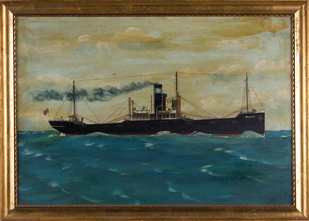 Skipsportrett av DS ØRLAND under fart i åpen sjø med norsk flagg akter. Skorsteinsmerket til J. A. Haarberg.