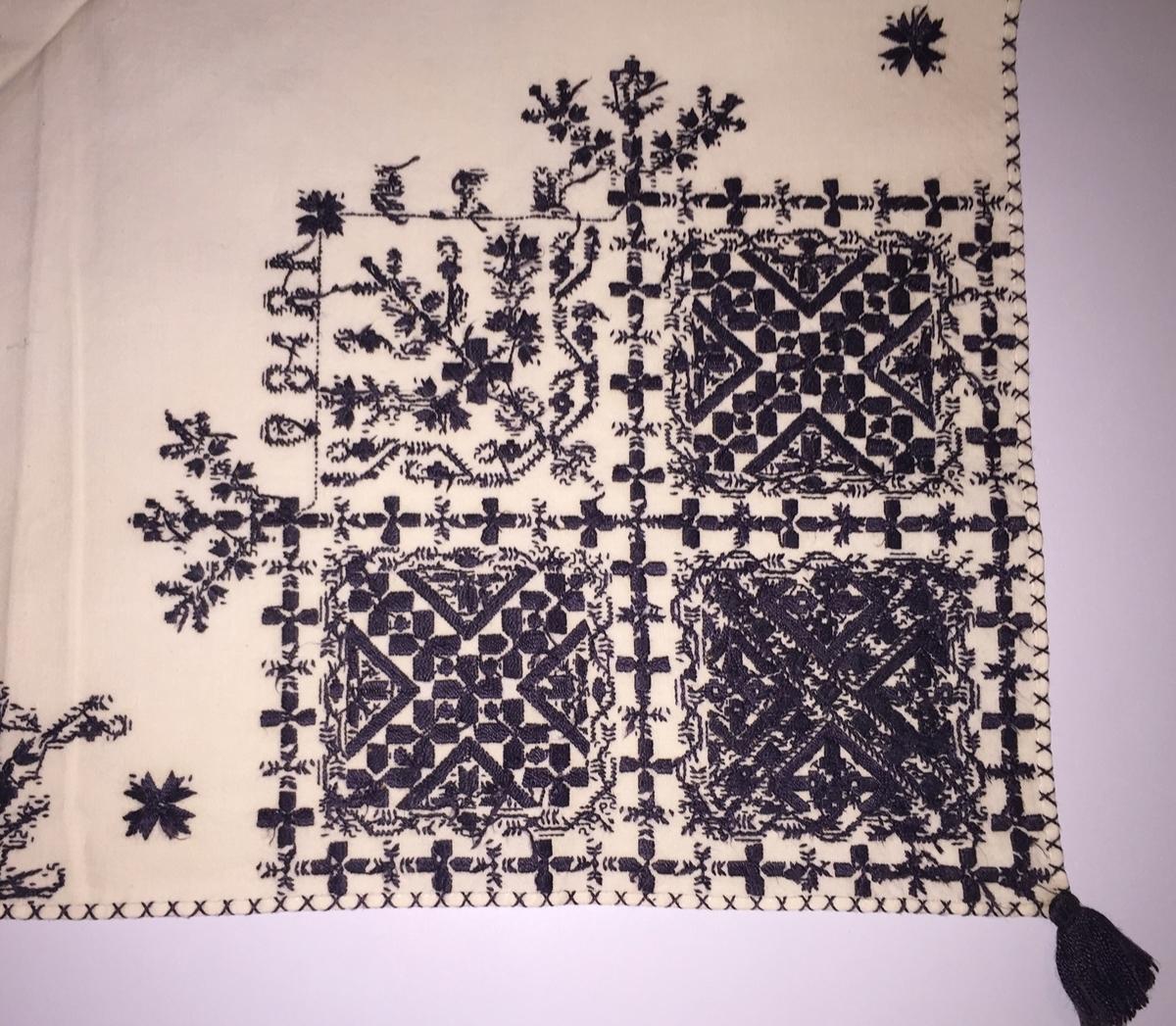 Blomsterinspirerat mönster i kvadrater i hörnen. Runt kvadraterna bård i blomstermotiv. Mellan kvadraterna på ryggsnibb och framsnibbar en blomsterdekoration.  På ryggsnibben tre kvadrater och fyrkantig  majstångsspira samt märkning med årtal och initialer. På varje framsnibb en kvadrat och en trekant. Sex ornament.