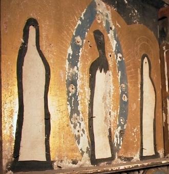 Altarskåp med plats för tre, nu förlorade bilder. Av altarskåpet återstår endast corpus, av höger flygel finns den inre listen kvar.  Masverk med runda reliefer av deras män, isärbrutet, baksidan har rester av rödfärgat papper. De delar som är kvar har relativt välbevarad bemålning. Corpus bakstycke är glansförgyllt. Det parti upptill, som det nu förlorade masverket har täckt, är svartmålat. Innanför figurernas konturer är målat med svart. Rosenkransen är mattblå, azurit, och ramverket är rött med schablonmönster. Glorior är inristade i grunderingen och har punserade rosetter. Rosenkransen omges av inristade strålar. Inom rundlar på predellapartiet är bilder av tre män med inskriptionsband: Joachim, Josep och Hieronymus.