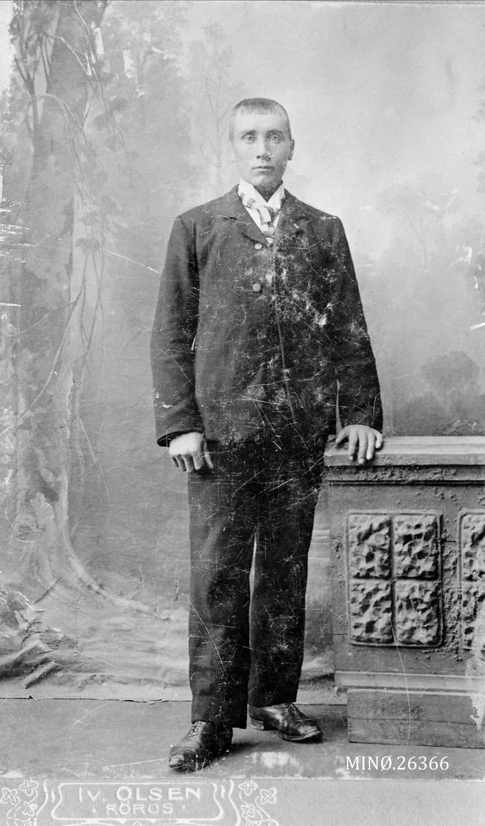 Portrett av mann. Jon P. Østeggen f. 1878 gift med Eline Halvorsdtr. Landstubakken f. 1875.