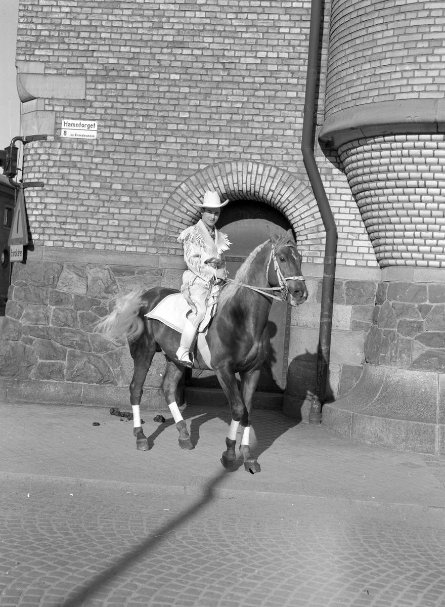 """Furuviksparken invigdes pingstdagen 1936. Furuviks Ungdomscirkus """"Wild West"""".  Hamntorget"""
