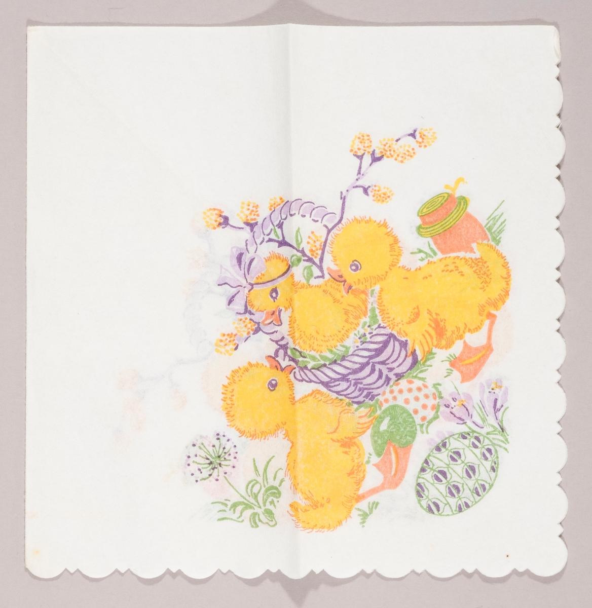 """En andunge sitter i en kurv med grener med """"gåsunger"""". To andunger står på en gressplen med påskeegg, en løvetann blomst, krokus og en tønne."""