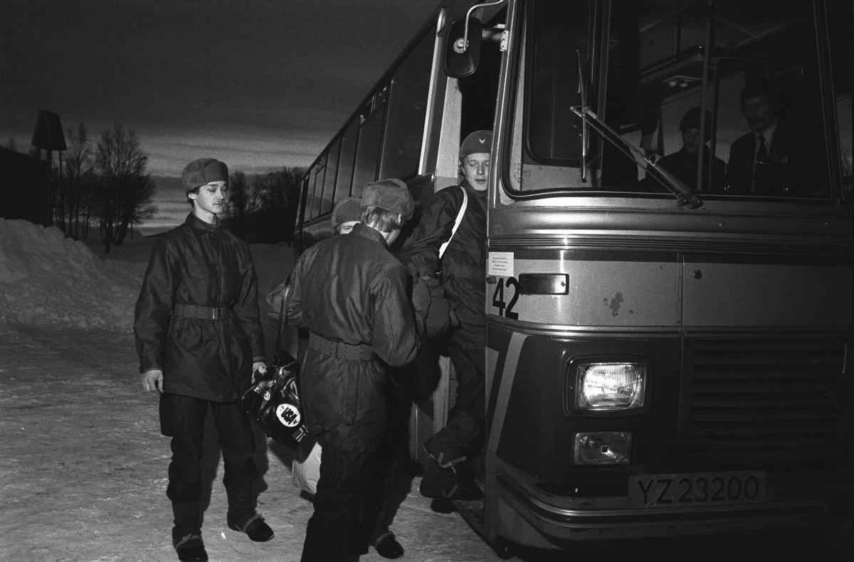 Soldater går ombord på en buss.