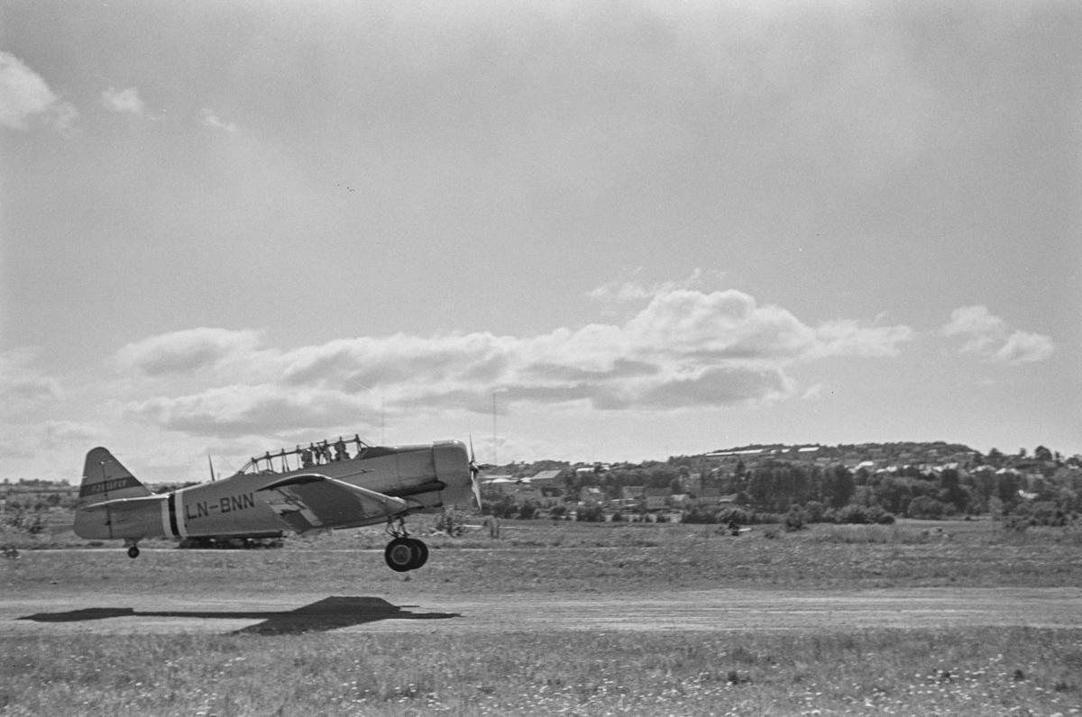 Flystevne på Lade flyplass. Harward LN-BNN som lander